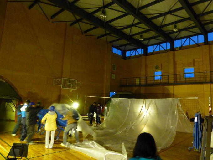 バレーボールネットを利用した避難テントの設営